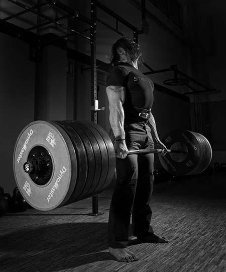 Come eseguire lo stacco con pesi pesanti