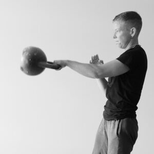 Malou esegue il one-arm kettlebell swing