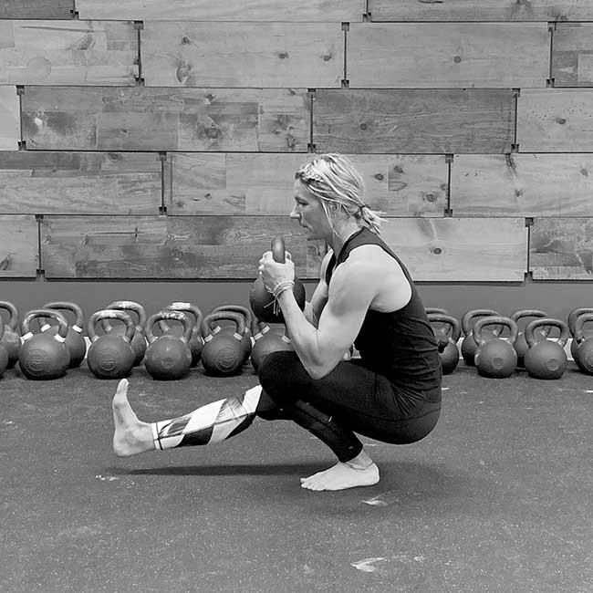 Jackie Vazquez esegue il kettlebell pistol squat