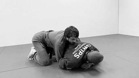 Un atleta di BJJ mentre esegue un controllo a terra dalla schiena