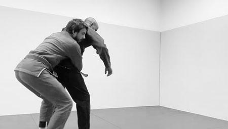 Un atleta di BJJ mentre esegue un take down dalla schiena